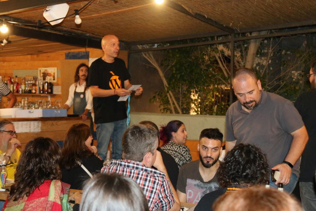 Foto de María de la Calzada: Fernando nombrando a los patrocinadores y para darles un obsequio.