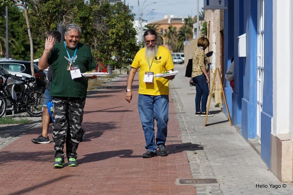 Foto de Helio Yago: Fernando Tellado de Ayuda WordPress y José Luis Losada de la WC Pontevedra, recogiendo la comida.
